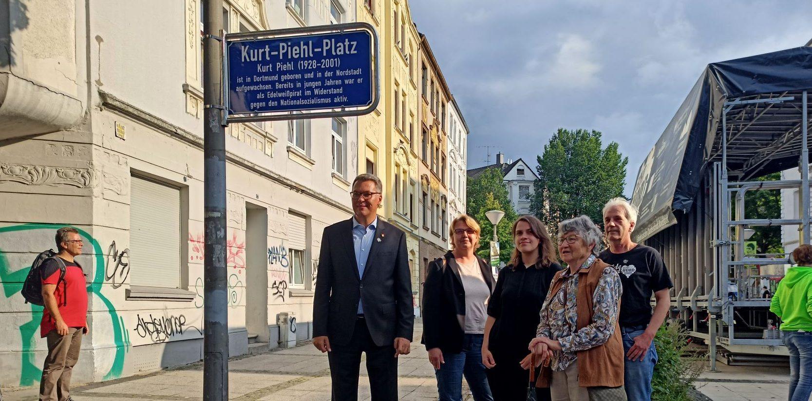 Westphal, Butschkau, Rosdenbaum Birnitzer und Koch vor dem Schild