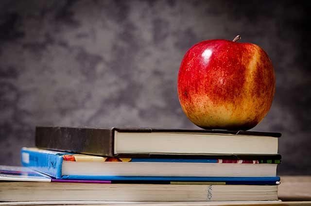 Schulbücher und Apfel